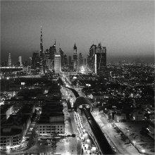 Вертикали / Ночью линии архитектурных доминант прорисовываются, как на чертеже.   Дубай.   Без штатива.