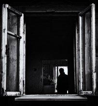 / A long dead soldier looks out from the frame No one remembers his war; no one remembers his name   наслушавшись старого любимого Тома Уэйтса ))) не в праздничную струю, конечно :)