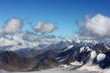 Кавказские горы / фото сделано с морены (приют одиннадцати), вне кадра справа примерно в 1,4 км до вершины Эльбруса.