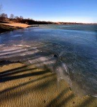 Мартовский лёд / Тает лёд, открыв чистейшую воду озера в пос. Янтарный. (Там, где добывают 3\4 мировой добычи янтаря).