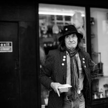 / Человек из Ноттинг Хилла в шляпе со значком