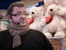 Teddy / Он продавал лотарейные билеты в парке аттракционов. У кого счастливый билетик или много таких, получал плюшевых медведей соответствующих размеров.