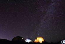 Ночь / видел похожую фотографию в гео, это не попытка сделать подобное, просто показался интересным такой вид, хотелось передать то ощущение когда стоишь и перед тобой палатки в которых люди что-то делают и небо заполненное звёздами... снято на высоте 4300.