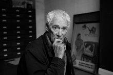 Чарльз, который в 66-м году бывал в России / и до сих пор хранит агитплакаты, оттуда привезенные