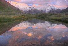 Вечернее время / Вид на Пик Ленина с поляны Эдельвейсов, также называемой Ачик-таш (открытый камень). Множество озёр  и холмистость создаёт интересный ландшафт. Выдался один день увидеть смену красок в течении 20 минут на закате, в остальные дни, то затянуто облаками, то мы были уже выше, где погода была по схеме: утром холодно всё в снегу, днём жара всё течёт, вечером дубак и снег с 5 часов и до раннего утра.