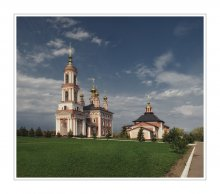 С У З Д А Л Ь / слева - Церковь Архангела Михаила (XVIII в.) справа - Церковь Флора и Лавра (XIX в.)