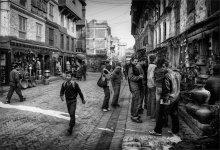 серьезный человек / старые улочки Катманду