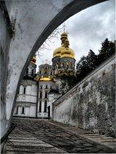 Золотые купола душу мою радуют / На высоких холмах правого берега Днепра величественно возвышается увенчанная золотыми куполами Киево-Печерская Лавра - удел Пресвятой Богородицы, колыбель монашества на Руси и твердыня православной веры.
