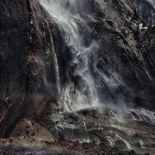 водопад и человек / ну вроде как шли пообщаться со стихией, ну вот и как тут пообщаешься))), он с одним порывом ветра немного к нам приблизился, чуть убежали))  США, национальный парк Йосемите, Водопад.
