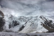 Ледник / Ледник - движущееся естественное скопление льда и фирна на земной поверхности, возникающее в результате накопления и преобразования твердых атмосферных осадков при положительном многолетнем балансе. Движение ледника приводит к его разделению на области накопления (аккумуляции) и расхода (абляции) льда. Ледник находится в постоянном движении (взгляду незаметным, изменения видны только по истечении времени: сутки, недели и т.д). Разрывы в теле ледника, вызванные неодинаковой скоростью течения льда, называются ледовыми или ледниковыми трещинами.