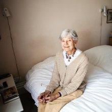 Спиной к стене / Элизабет, 91 год, доктор  Ее 92летний муж Джон умер в конце мая, и она начала носить бусы, которые он подарил ей много лет назад, но не одевала - все берегла их, боялась потерять. А теперь ей уже нечего терять. Хорошо, что она не горюет, она понимает, что он прожил долгую, прекрасную жизнь, и умер дома, просто от старости, до последних дней оставаясь на ногах - каждый был бы рад такой жизни и смерти.  Я еще не видела остальных фотографий пока что, но очень захотелось поделиться прямо сейчас, возможно, не самым лучшим снимком.