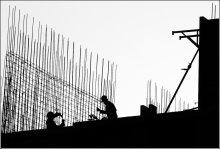 Арматурщики / Стройка, рабочие вяжут арматуру.