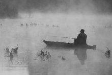 С надеждой на удачу. / Когда прекрасное туманное утро и уже заброшены снасти - остается только надеяться на удачу. Река Южный Буг в районе села Мигея.