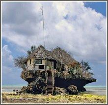 """Ресторанчик в океане / Снимок сделан в сентябре 2012 года на восточном побережье о.Занзибар (Танзания). Ресторан имеет название """"Скала"""" (The Rock) и ютится на скале стоящей метрах в 150 от берега. Во время прилива скала частично погружается в воды Индийского океана."""