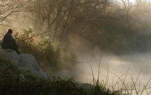 В лучах тумана. / У кого нет лодки и предпочитают комфорт, ловят с берега. Утро Южного Буга.