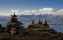 Камушек на память / Одно из самых посещаемых мест в Тромсё вершина горы Storsteinen на высоте 421м над уровнем моря.Строительство пирамидок стало традицией.Каждый поднявшийся на гору строит новую или достраивает чужую пирамидку.