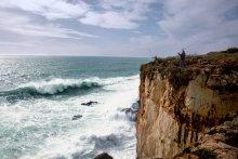 Ловись рыбка... / Португальские рыбаки ловят на блесну.