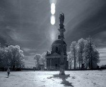 фигуры и тени / Римско-католический костёл Воздвижения и св. Иосифа был построен по заказу Вацлава Жевуского (за некоторым сведениям он был автором проекта) в 1752—1766 годах как усыпальница. Архитектором был Ц. Романус. Костел представляет собой ротонду в стиле барокко с диаметром 12 м. Главный фасад украшает портик из 14 колонн коринфского ордера, на аттике которого было установлено 8 скульптур святых работы Фессингера и Лебласа. Одна из скульптур была уничтожена во время Второй мировой войны. От костела к замку ведет 300-метровая липовая аллея, а перед храмом стоят фигуры Богоматери и св. Иосифа на колоннах.