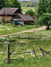 Трактор - нужная вещь в хозяйстве / На берегах озера Селигер