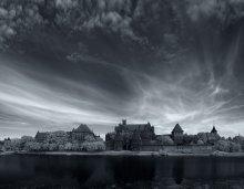 Мальборк / Мальборк был основан в 1276 году, как орденский замок Мариенбург.  Главной достопримечательностью города является Мальборкская крепость, самый большой замок средневековья! Замок в Мальборке занимает площадь свыше 20 гектаров и является самым большим готическим замком на территории Европы. Крепость в Мальборке считается одним из лучших образцов военной архитектуры средневековой Европы. Сегодня он не только представляет собой интерес для любителей истории и замковой архитектуры, но и просто-напросто поражает своей красотой даже самых невосприимчивых к красоте туристов. Крепость была построена в XIII - XV веках Иерусалимским немецким домом госпитального ордена Пресвятой Девы Марии  (для краткости его называют просто Орденом Крестоносцев). За последние столетия замок в Мальборке не раз перестраивали, разрушали и восстанавливали вновь. Крестоносцы грамотно распологали свои крепости. Для Мальборка, следуя стратегическим соображениям, они выбрали место, позволявшее  контролировать важный водный путь. Замок был построен на крутом берегу полуострова, рядом с болотами. В 1309 году власти ордена  переехали в Мальборк из Венеции, сделав его резиденцией тевтонских рыцарей. В 1997 году замок Мальборк внесен в список мирового наследия ЮНЕСКО и является излюбленным местом для туристов из всех стран Европы. В настоящее время замок является одним из крупнейших туристических центров Польши.