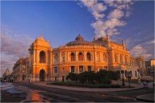 Утро у оперного / Одесский национальный академический театр оперы и балета построен в 1887 году архитекторами Фельнером и Гельмером в стиле венского барокко. Красивейшее здание в городе. Внутреннему оформлению позавидует любой солидный музей. Стоит побывать и хотя бы раз увидеть все это великолепие. Будете в Одессе - обязательно посетите. Получите двойное удовольствие - и от спектакля, и от увиденного. Одесситы говорят: если ты не был на Привозе и в Оперном, считай, ты не видел Одессу!