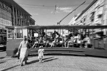Трамвай из прошлого / Вскочить на бегу в тот волшебный трамвай, За поручни спешно схватиться, И кануть в двадцатые.....................