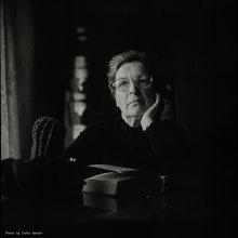 Портрет мамы с книгой и кактусом.. / мама..