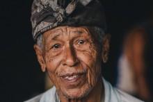 Продавец / Индонезия. Человек, продающий туристам возможность посмотреть на святую змею.