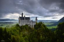 Замок Нойшванштайн / Расположенный на отвесной скале с видом на горное озеро замок Нойшванштайн (Neuschwanstein) – один из самых узнаваемых архитектурных проектов в мире. Как часто бывает, за красивой картинкой прячется нелёгкая судьба короля-мечтателя. Заплатив ранней и крайне загадочной смертью, король Людвиг II создал самый известный символ Баварии, притягивающий, несмотря на своё отдалённое местоположение, свыше миллиона посетителей в год.