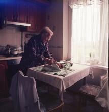 / моей бабушке 92 года .живет у моих родителей.зрение и слух очень плохие.но ей не сидиться на месте всегда что то делает-готовит.утюжит ....
