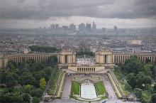 В Париже идут дожди / На переднем плане Сады Трокадеро, за ними дворец Шайо. а за пеленой дождя просматривается деловой район Ля Дефанс