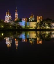 Осенний вечер у стен Новодевичьего монастыря / Новодевичий монастырь при ночной подсветке