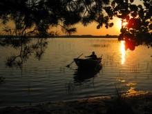 Прогулка на закате / В реке дрожит заката ласковое пламя, Тишь ночи берега окутывает снами, Теней длинней узор, ленивая волна Покачивает лодки злаченые борта. (Андрей Алтанец) Прогулка на закате, штрихи речной волны... Чудесно так - огонь зажечь в ладони, Причалить лодку к блику солнечной луны, И весла отпустив, напиться тишины. ( HELLEN)