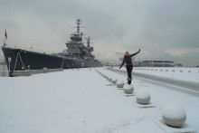 Девушка на шаре / снег,крейсер,девушка.шары,пируэт