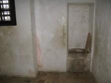 Пятница в туалете / остров св.Маргариты, Канны, Франция удобства в камере Железной Маски - человека, согласно легенде похожего на короля и именно поэтому провевшего всю жизнь в заточении