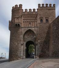 Торре-де-ла-Калаорра. / Торре-де-ла-Калаорра является самой древней городской постройкой. Крепость находится напротив городской мечети на Римском мосту, который соединяет два берега реки Гвадалквивира.У своего основания башня имеет форму латинского креста с тремя крыльями, центральная часть строения возведена в виде цилиндра. Внутреннее помещение Торре-де-ла-Калаорра разделено на 140 залов, которые оформлены в разных стилях.