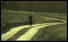 спешит взрослеть / Последние теплые дни сентября. Деревенские хлопчики обкатывают мопед, не подозревая, что их гонки фиксируют на пленку (т.е на цифру). Или предложите свое название. Буду благодарен!