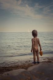 Глядя вдаль / Ты любишь море, чайки, бриз?  Стоишь на берегу, каприз  Погоды позабыв. Ты, вдаль  Направив взгляд, свою печаль  Забудь. Любуйся красотой  Небес и солнца. И прибой  Заполнит сердце звуком волн.  Ты всё стоишь, забыв про плен  Несметных городских забот,  Сует и смога. И песок,  Стряхнув с себя, пойдешь домой,  Тая в душе божественный покой  с частичкой горя...