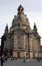 Фра́уэнкирхе. / Фра́уэнкирхе (нем. Frauenkirche — «церковь Богородицы») — церковь в Дрездене, одна из наиболее значительных лютеранских церквей города. Сооружена в стиле барокко по указанию саксонского курфюрста и короля Польши Августа Сильного в 1726—1743 годах.Дрезден Бавария-Германия апрель 2015г[img]http://rasfokus.ru/upload/comments/485fc539ff49ed1ed1a6c00d72b40ab1.jpg[/img]Фрауэнкирхе - церковь Богородицы - является одним из красивейших соборов Германии. Она находится в центре Дрездена и представляет собой символ потерь и боли немецкого народа.
