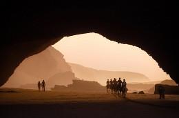 Золотой час на пляже Легзира / Пляж Легзира на атлантическом побережье Марокко известен причудливыми природными арками в скалах, созданными за тысячи лет силами ветра и воды. Мне повезло оказаться здесь на закате, когда по пляжу неожиданно промчалась галопом группа наездников на лошадях, удивляя случайных прохожих...