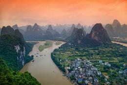 Карстовые скалы и река Ли / Район Гуйлинь-Яншо в провинции Гуанси в Китае известен на весь мир своими живописными ландшафтами, образованными тысячами причудливых карстовых скал и протекающими реками, самая большая и известная из которых река Ли. Фото снято с помощью оранжевого градиентного фильтра.