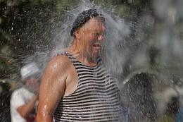 Утомленные солнцем / Питер..лето...жара...фонтан :)