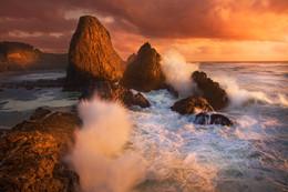 В ОБЬЯТИЯХ ШТОРМА / Это фотография сделана на побережье Тихого океана в штате Орегон. Там я понял, что невозможно показать сущность места и мгновений, если я не буду в центре событий. Я забрался на скалу, выстроил композицию и наблюдал за движением облаков и за волнами. Волны ударялись с огромной скоростью рядом со мной, мне приходилось постоянно протирать объектив. Брызги постоянно меня заливали. Я очень доволен этим кадром - здесь я составил 2 фотографии, чтобы показать две волны, которые одновременно разбиваются о скалы.   Мне очень нравится работать над такими кадрами, работать с контрастом, светом...чтобы более ярко отразить красоту места и динамику момента.   Спасибо за Ваши отзывы и критику, мне интересно знать Ваше мнение по поводу данной работы.  Больше моих работ здесь:  https://www.facebook.com/AlexDylikowskiPhoto http://www.dylikowski.com