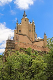 Замок Алькасар / Алькасар - один из самых узнаваемых дворцов испанских королей. Этот поистине величавый замок расположен на скале над слиянием рек Эресма и Кламорес. Замок виден из любой точки города и буквально поражает воображение. То он похож на сказочную обитель фей (именно с этого архитектурного памятника Уолт Дисней рисовал один из своих сказочных и прекрасных замков - замок Спящей Красавицы), то на корабль, несущийся на всех парусах, а то выглядит неприступной твердыней, ощетинившейся башнями и зубцами стен. Замок соединён с рекой и некоторыми городскими дворцами множеством подземных переходов.