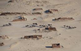 В заброшенном городе / Сахара.Пустыня занимает поселения тунисцев ......