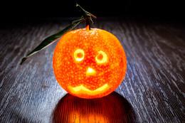 Заводной апельсин / Прощай, хэллоуин!!! Без фотошопа - и правда светящийся мандарин.