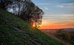 Закат за косогором / Пейзаж около Олеского замка