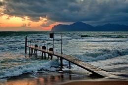 штормит / зимний закат над Кара Дагом в пгт.Орджоникидзе-Феодосия