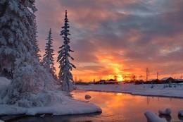 """первый вечер зимы... / Утомленный закат засыпал над рекой. Тихо шепчет вода:"""" Он красивый такой!"""" И любви нежный свет серебрится в судьбе. Отблеск розовых дней отразился в воде."""