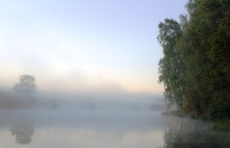 Рассвет,туман / Рассвет осенний в заводи проснулся, Маня к себе прохладной красотой. И месяц ясный в небе улыбнулся, Исчез, как дым, за облачной чертой. (Галина Червова)